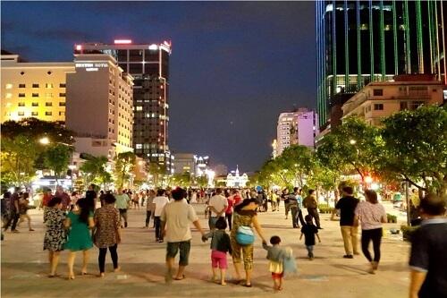 phố đi bộ nguyễn huệ - địa điểm vui chơi ở sài gòn vào buổi tối